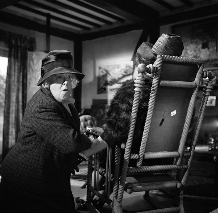 Während sie eigentlich den Mörder von Mr. Enderby sucht, dauert es nicht lange, bis Miss Marple (Margaret Rutherford, l.) auf eine zweite Leiche stö... - Bildquelle: Warner Bros.
