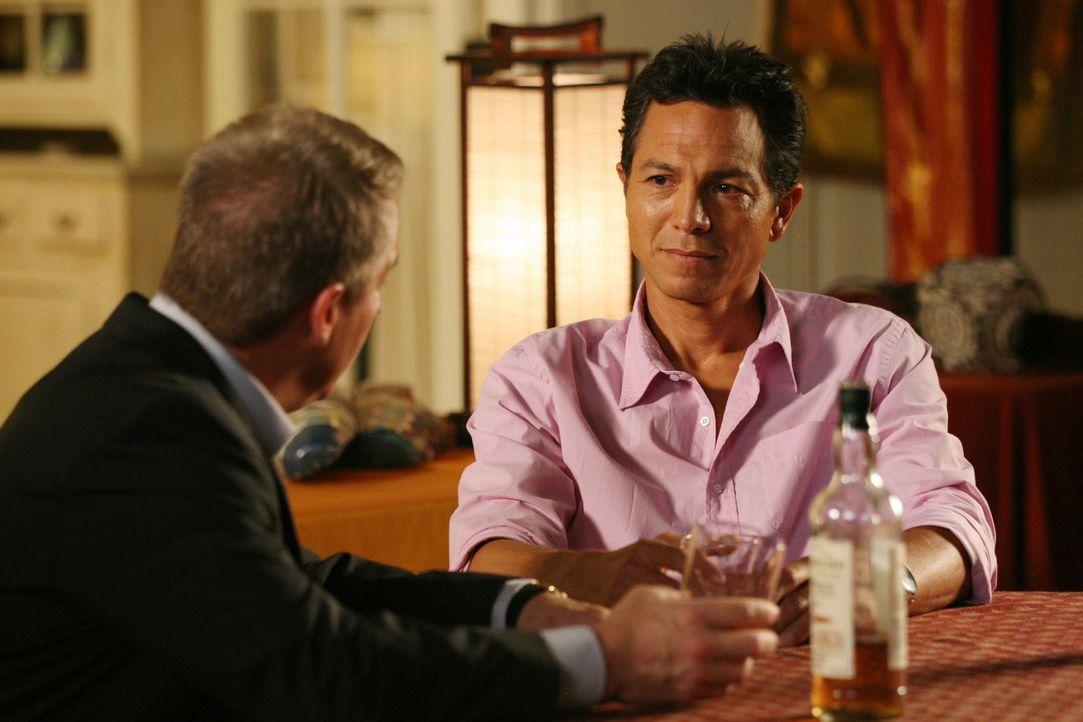 Müssen mit dem Tod von Pete zu Recht kommen: Sheldon (Brian Benben, l.) und Jack (Benjamin Bratt, r.) ... - Bildquelle: ABC Studios