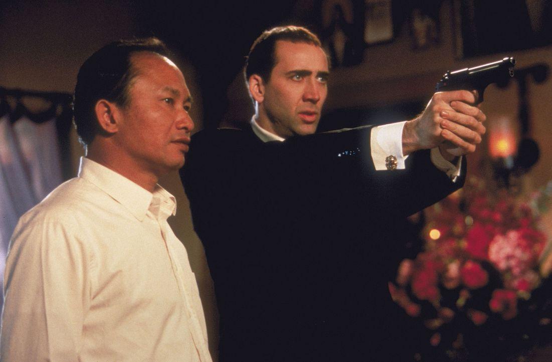Regisseur John Woo, l. erteilt seinem Hauptdarsteller Nicolas Cage, r. Regieanweisungen ... - Bildquelle: Touchstone Pictures