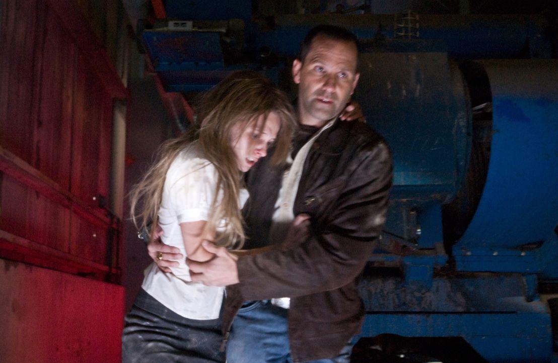 In letzter Minute gelingt es Harris (Chris Bruno, r.), die junge Penelope (Amee Walden, r.) aus den Händen des verrückten Serienmörders zu befreien.... - Bildquelle: Warner Bros. Television