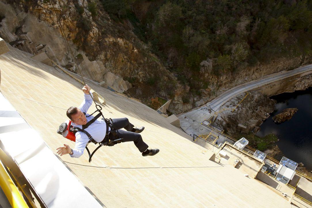 Während Cabe (Robert Patrick) zur Sicherung eines Dammes sein Leben riskiert, machen sich Tobi und Paige sorgen um Walter ... - Bildquelle: Robert Voets 2015 CBS Broadcasting, Inc. All Rights Reserved.