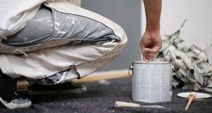 Erst rühren, dann streichen, damit die Farbe gleichmäßig deckt.