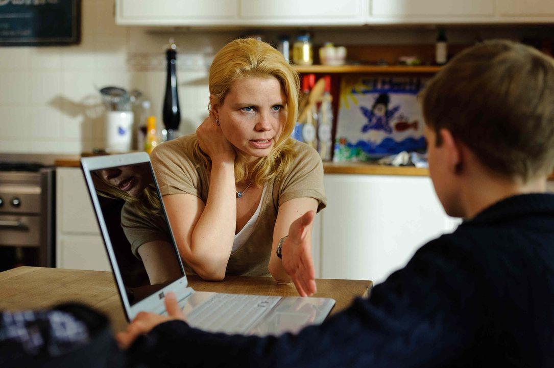 Als Katja (Anette Frier, l.) ganz alleine gegen ihren unbekannten Online-Feind kämpfen muss, taucht völlig unerwartet Hilfe auf: der 12-jährige L... - Bildquelle: Willi Weber SAT.1