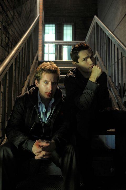 Aidan (Sam Witwer, r.) versucht alles, um Tommy (Daniel Brochu, l.) zu helfen. Doch wird es ihm gelingen? - Bildquelle: Phillipe Bosse Syfy Channel