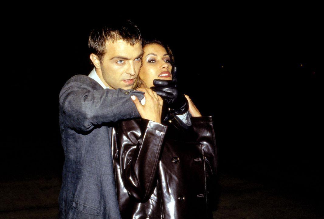 Mit dem Mord an einem Callgirl (Yasmina Filali, r.) beginnt für Berufskiller Adrian Zuto (Aleksandar Jovanovic, l.) der unberechenbare Teil seines J... - Bildquelle: Uwe Ernst Sat.1