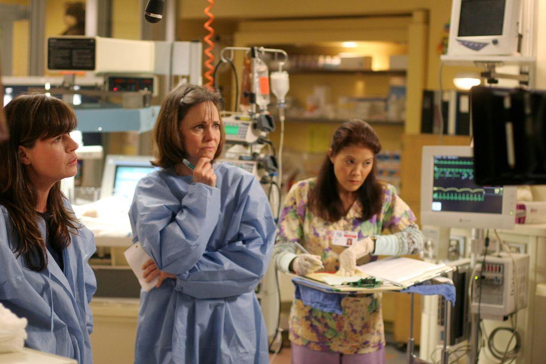 Maggie (Sally Field, M.) und Abby (Maura Tierney, l.) machen sich große Sorgen um Abbys Baby ... - Bildquelle: Warner Bros. Television