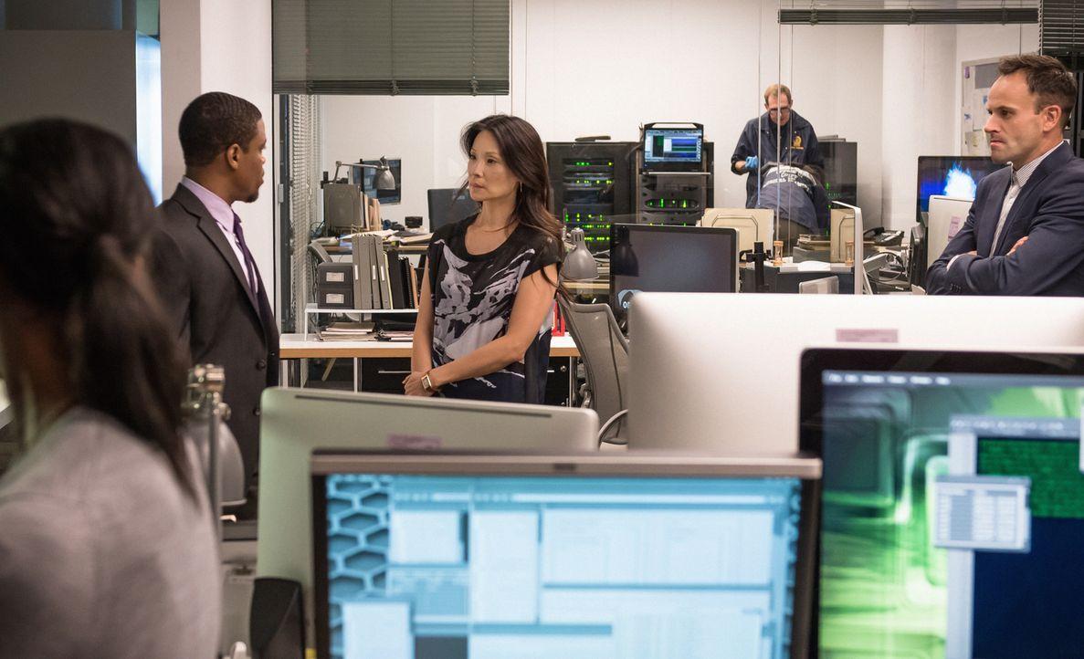 Sherlock (Jonny Lee Miller, r.) ist in dem Fall auf Joans (Lucy Liu, M.) Hilfe angewiesen, insbesondere, weil er sich von der künstlichen Intelligen... - Bildquelle: CBS Television