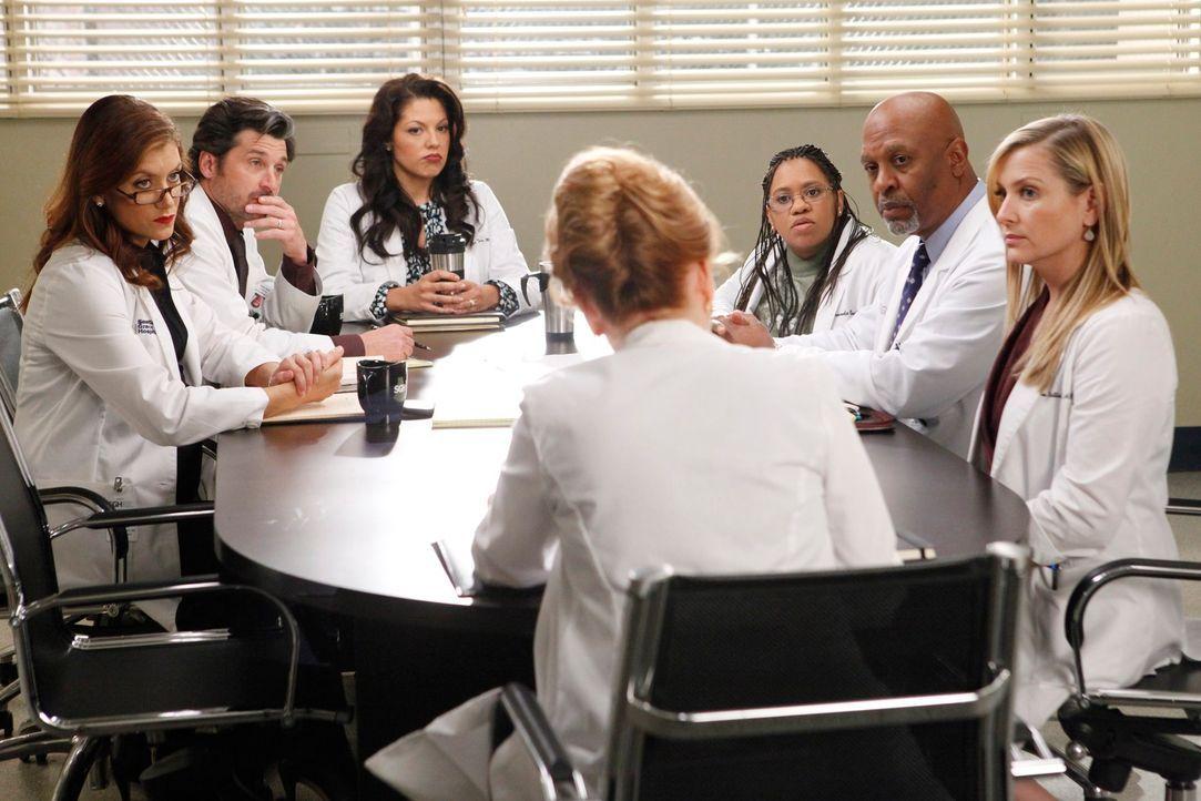 Merediths Mutter Ellis (Kate Burton, vorne) ist ausgerechnet an ihrem Krankenhaus Chefärztin und macht ihr und der restlichen Belegschaft (v.l.n.r.:... - Bildquelle: ABC Studios