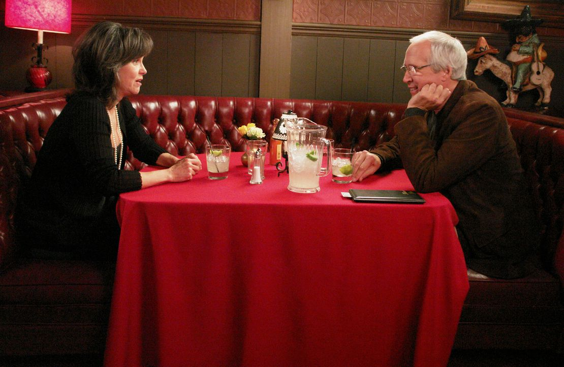 Nachdem Nora (Sally Field, l.) erfahren hat, dass ihre erste große Liebe Stan Harris (Chevy Chase, r.) ganz in ihrer Nähe wohnt, nimmt sie Kontakt z... - Bildquelle: Disney - ABC International Television