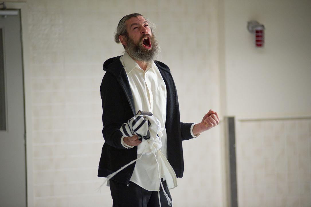 Rabbi Tzadok (Matisyahu) versucht alles, um die kleine Em von dem Dibbuk- nach jüdischem Glauben ein Totengeist, der in den Körper eines Lebenden ei... - Bildquelle: Diyah Pera Box Productions, LLC 2011
