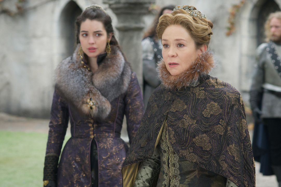 Ausgerechnet als sich Mary (Adelaide Kane, l.) eine Chance bietet, sicher nach Schottland zu gelangen, wird Catherine (Megan Follows, r.) des Mordes... - Bildquelle: Sven Frenzel 2016 The CW Network, LLC. All rights reserved.
