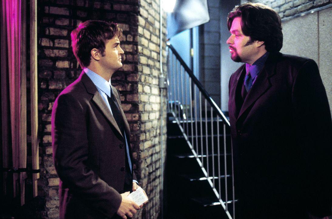 Sein schwuler Kompagnon Peter (Oliver Platt, r.) will, dass Oscar (Matthew Perry, l.) bis zur Vergabe des millionenschweren Auftrags schwul bleibt.... - Bildquelle: Warner Brothers