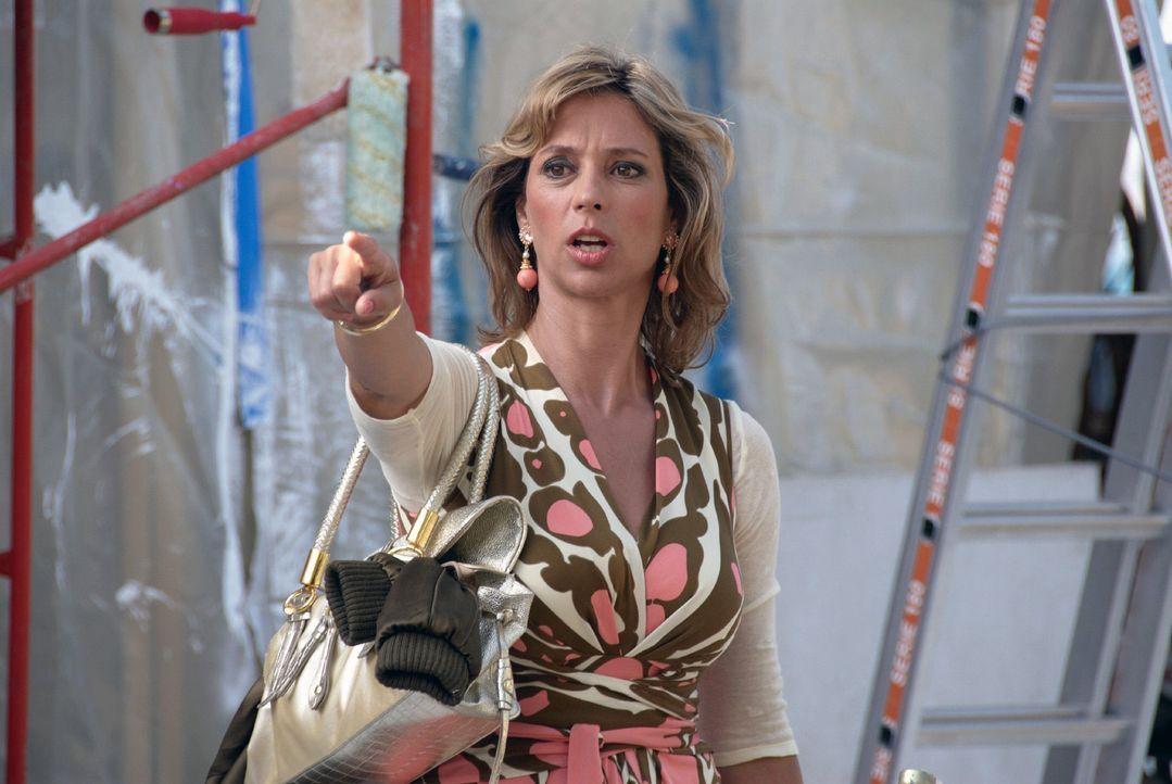 Rambolds Freundin Hasi (Carin C. Tietze) trifft auf Mallorca zufällig auf Resi Berghammer.