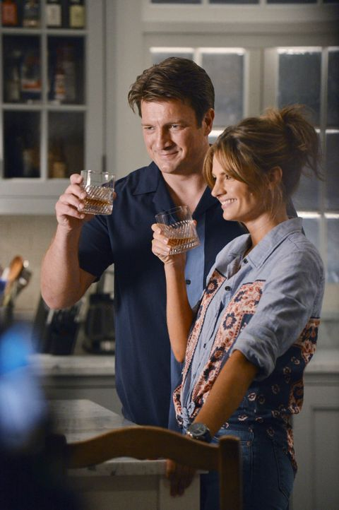 Liebesurlaub in den Hamptons: Castle (Nathan Fillion, l.) und Beckett (Stana Katic, r.) - Bildquelle: 2012 American Broadcasting Companies, Inc. All rights reserved.