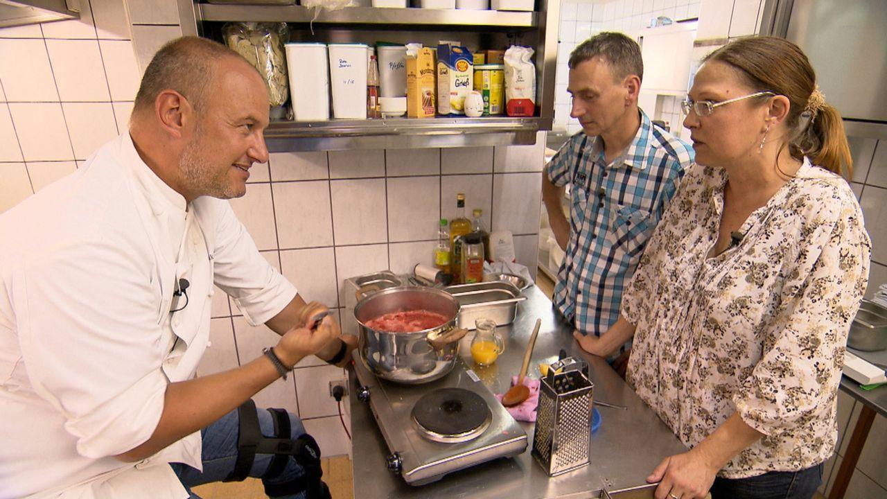 Frank Rosin (l.) beim Kochcoaching mit Inhaber Detlef Matthes (M.) und Ehefrau Petra Best-Matthes (r.) ... - Bildquelle: kabel eins