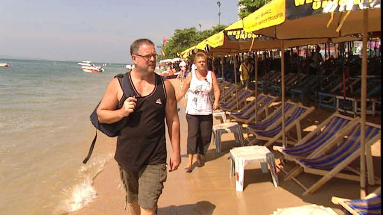 Genießen ihr Leben in Thailand: Gabi (r.) und Otto (l.) am Strand von Pattaya ... - Bildquelle: SAT.1