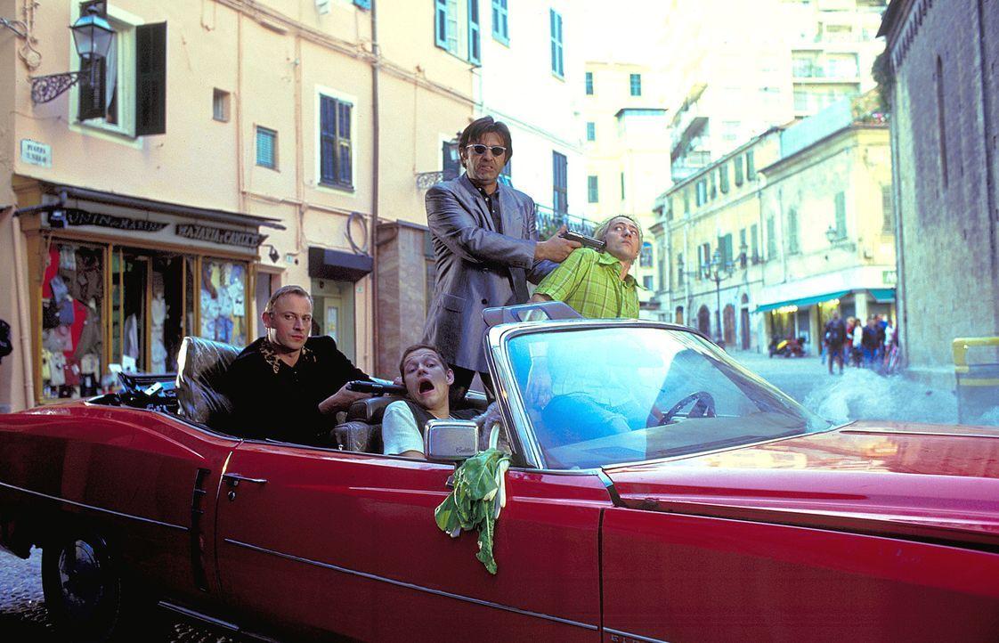Wo ist der Banksafeschlüssel? Rocko (Hanno Pöschl, 2.v.l.) und Zange (Eckhard Preuß, l.) nehmen Chris (Mario Irrek, r.) und Ralph (Steffen Wink, 2.v... - Bildquelle: ProSieben