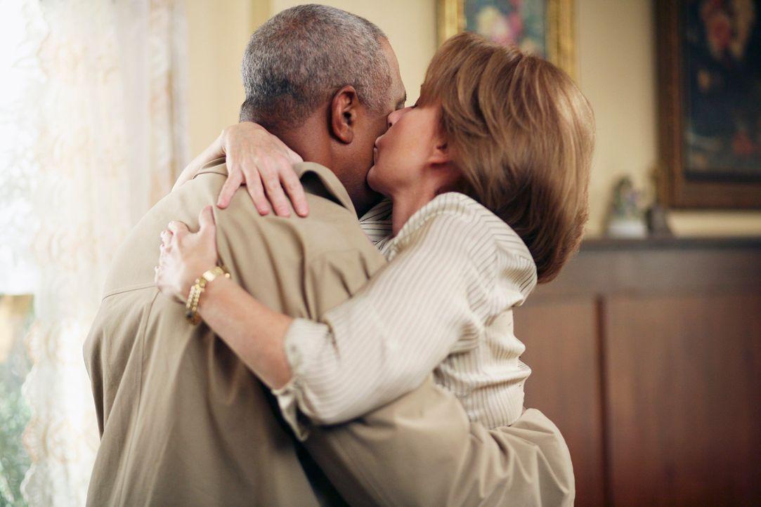 Ellis Grey (Kate Burton, r.) freut sich über den Besuch von Richard Webber (James Pickens Jr., l.) ... - Bildquelle: Touchstone Television