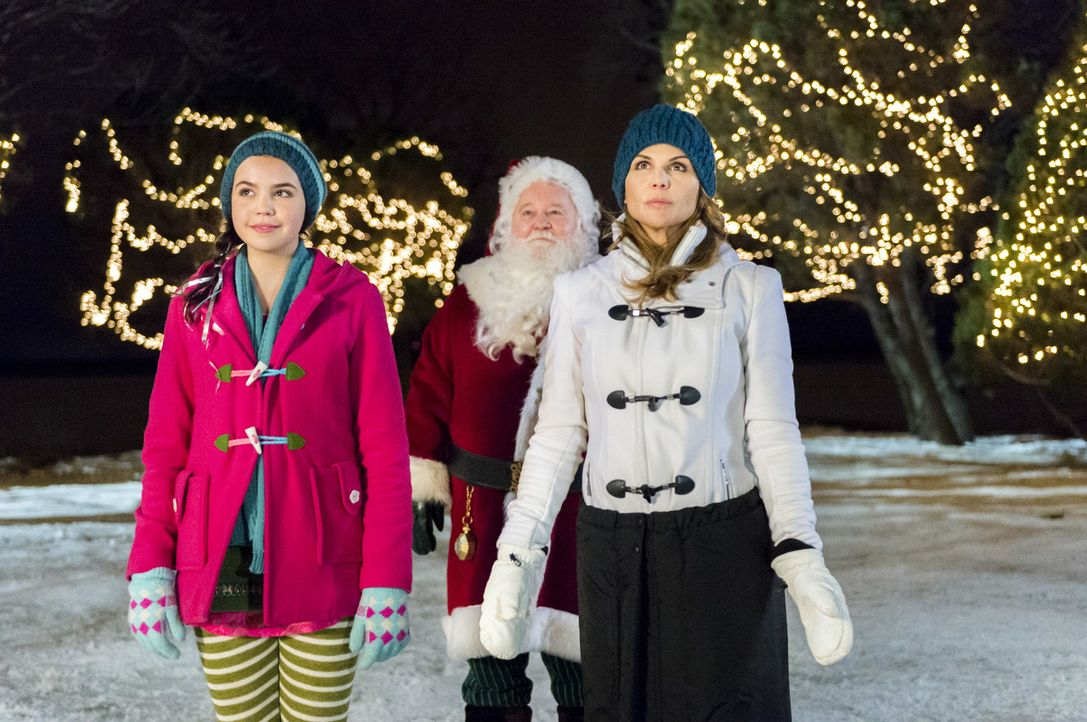 (v.l.n.r.) Clementine (Bailee Madison); Weihnachtsmann (Donovan Scott); Mackenzie Warren (Lori Loughlin) - Bildquelle: Philippe Bosse Crown Media United States, LLC/Philippe Bosse