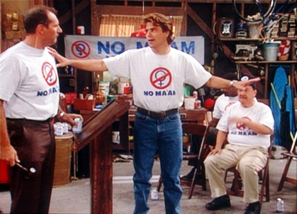 """Al (Ed O'Neill, l.) hat die Anti-Frauenherrschafts-Organisation """"No Ma'am"""" gegründet. Sein Nachbar Jefferson (Ted McGinley, M.) managt das Ganze. - Bildquelle: Sony Pictures Television International. All Rights Reserved."""