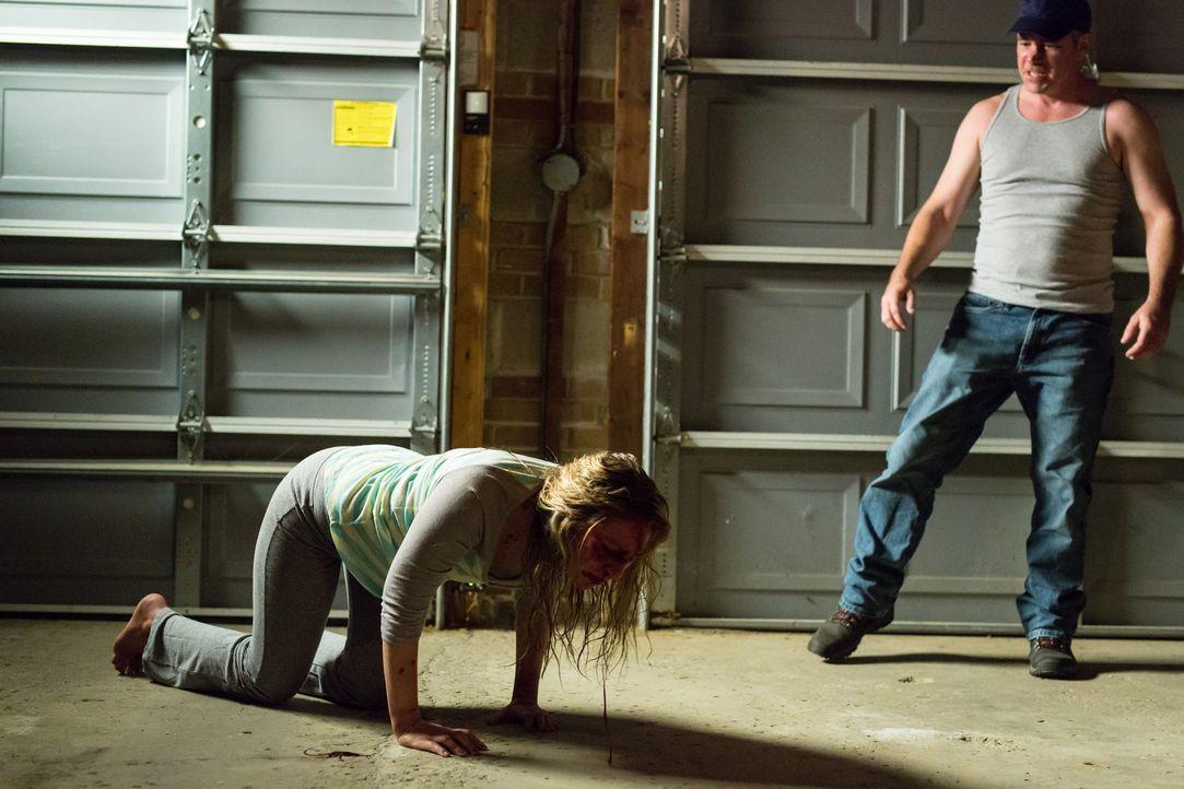 Seine Eifersucht treibt Billy sogar so weit, dass er seine Frau mit kochendem Wasser und Feuer foltert ... - Bildquelle: Darren Goldstein Cineflix 2014