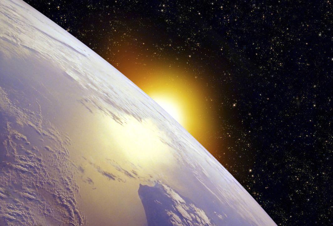 Die Sonne geht auf - und sorgt für Leben auf der Erde ... - Bildquelle: Photolibrary