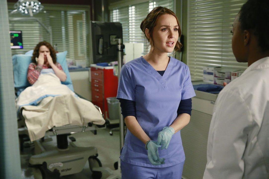 Stephanie (Jerrika Hinton, r.) und Jo (Camilla Luddington, M.) kümmern sich um Andrea (Crista Flanagan, l.), bei der sich eine wurmähnliche Kreatur... - Bildquelle: ABC Studios