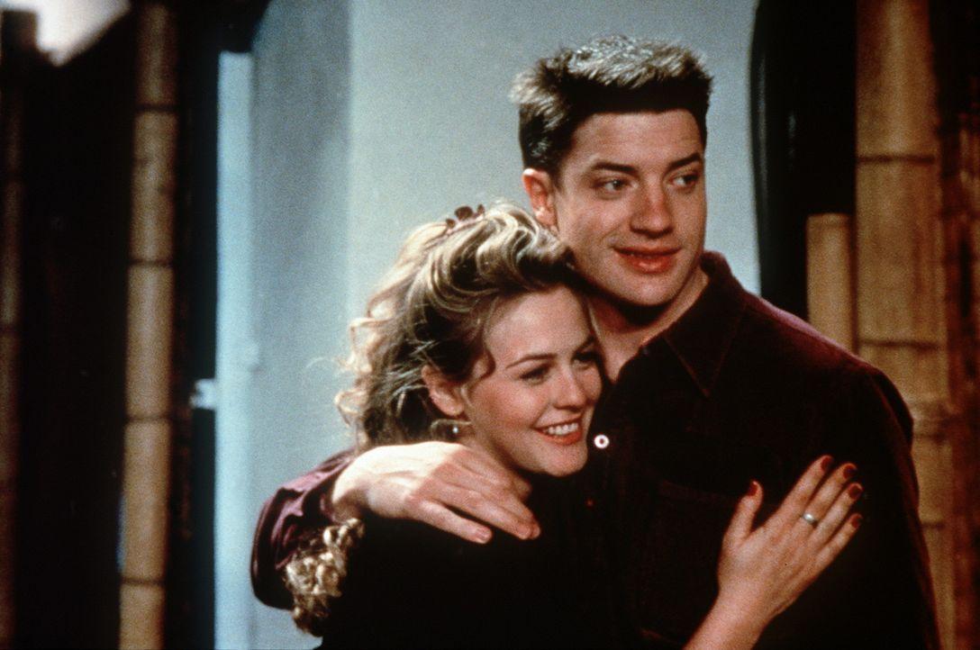 Endlich kann der liebenswerte Adam (Brendan Fraser, r.), das ehedem pampige und ausgebuffte Girlie Eve (Alicia Silverstone, l.) in seine Arme schlie... - Bildquelle: New Line Cinema