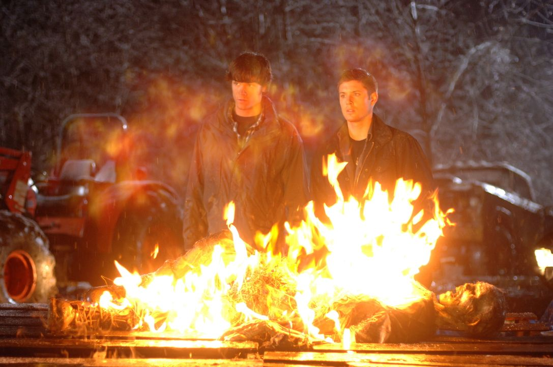Um den Geist des mysteriösen Trucks zu vernichten, müssen Sam (Jared Padalecki, l.) und Dean (Jensen Ackles, r.), einen Truck, der vor 40 Jahren in... - Bildquelle: Warner Bros. Television