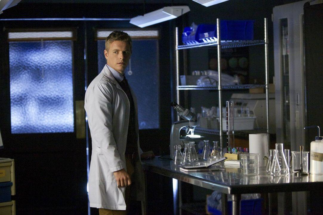 Will Dr. Maxfield (Rick Cosnett) Caroline und ihren Freunden wirklich helfen, oder spielt er ein falsches Spiel mit ihnen? - Bildquelle: Warner Brothers