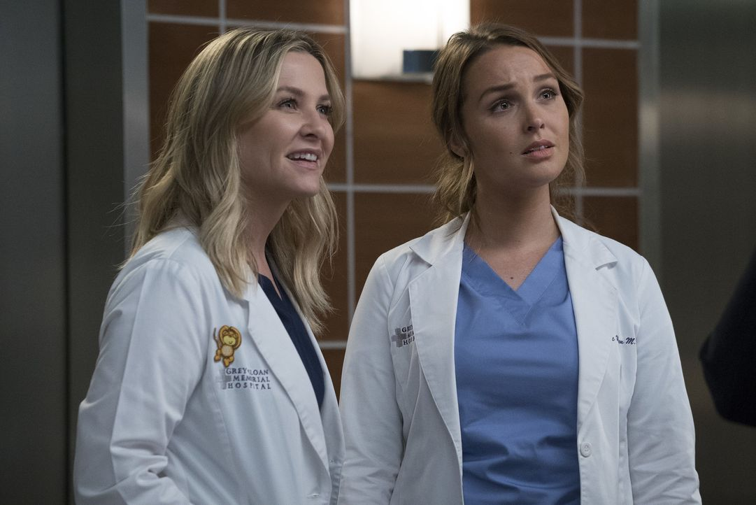 Während sich Arizona (Jessica Capshaw, l.) freut, den berühmten Arzt Dr. Paul Stadler kennenzulernen, steigt in Jo (Camilla Luddington, r.) die Pani... - Bildquelle: Richard Cartwright 2017 American Broadcasting Companies, Inc. All rights reserved.