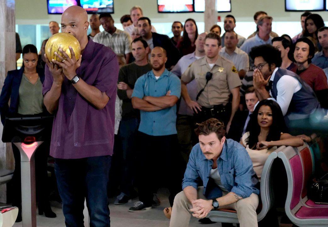 Ein besonderer Moment: Riggs (Clayne Crawford, vorne r.), Murtaugh (Damon Wayans, vorne l.), Scorsese (Johnathan Fernandez, 5.v.r.), Captain Avery (... - Bildquelle: 2016 Warner Brothers