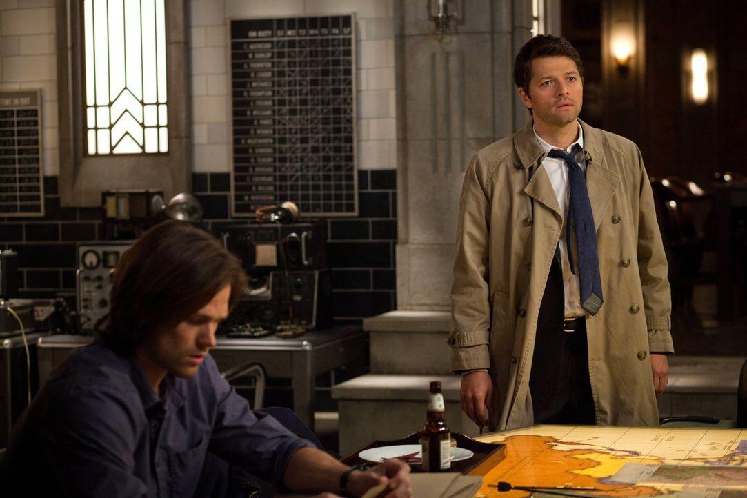 Während Sam (Jared Padalecki, l.) verzweifelt versucht, unschuldige Menschen zu retten, muss Cas (Misha Collins, r.) seine ganz eigenen Kämpfe austr... - Bildquelle: Warner Bros. Television