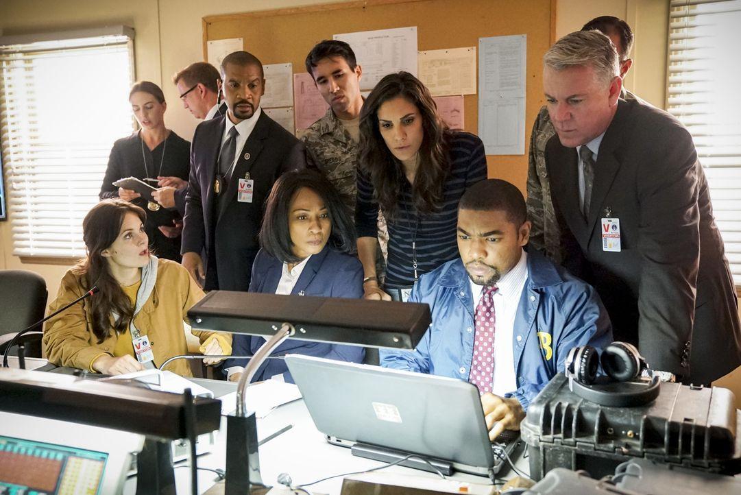 Um einen der Offiziere davon abzubringen, ein atomares Geschoss zu zünden, werden Kensi (Daniela Ruah, 3.v.r.) als Ex-Freundin von Offizier Miller u... - Bildquelle: Erik Voake 2017 CBS Studios Inc. All Rights Reserved.
