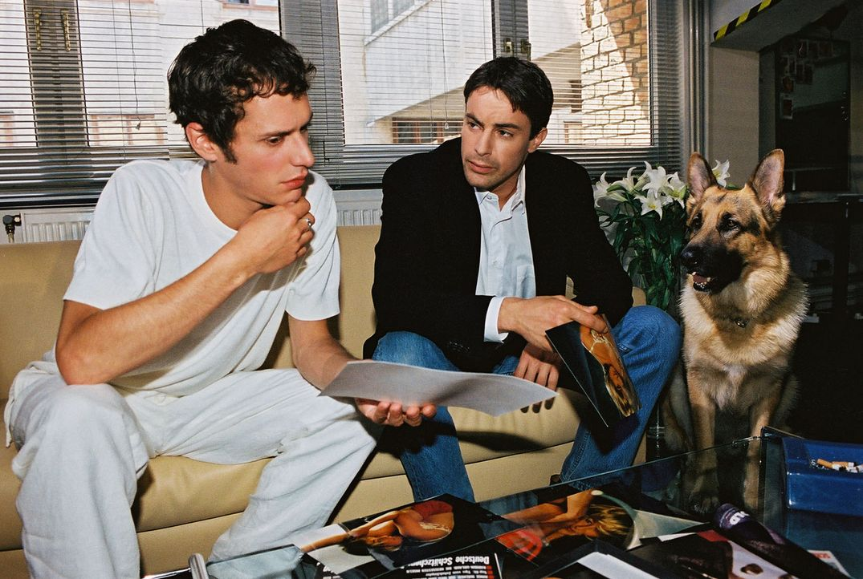 Kommissar Brandtner (Gedeon Burkhard, r.) und Rex ermitteln bei Szene-Fotograf Felix Rieder (Max Meyer, l.), der zuletzt mit der vermissten Iris Man... - Bildquelle: Sat.1