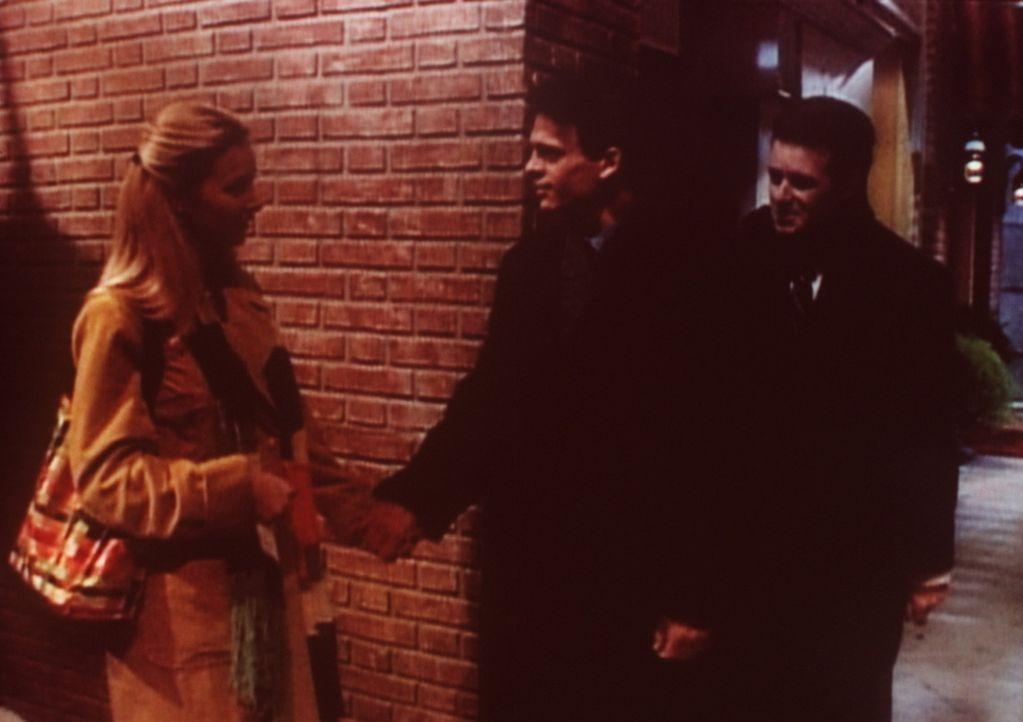 Phoebe (Lisa Kudrow, l.) und der Diplomat Sergei (Jim Pirri, M.) sind bei ihrer Verständigung auf den Dolmetscher Mischa (Stephen Kearney, r.) ange... - Bildquelle: TM+  2000 WARNER BROS.