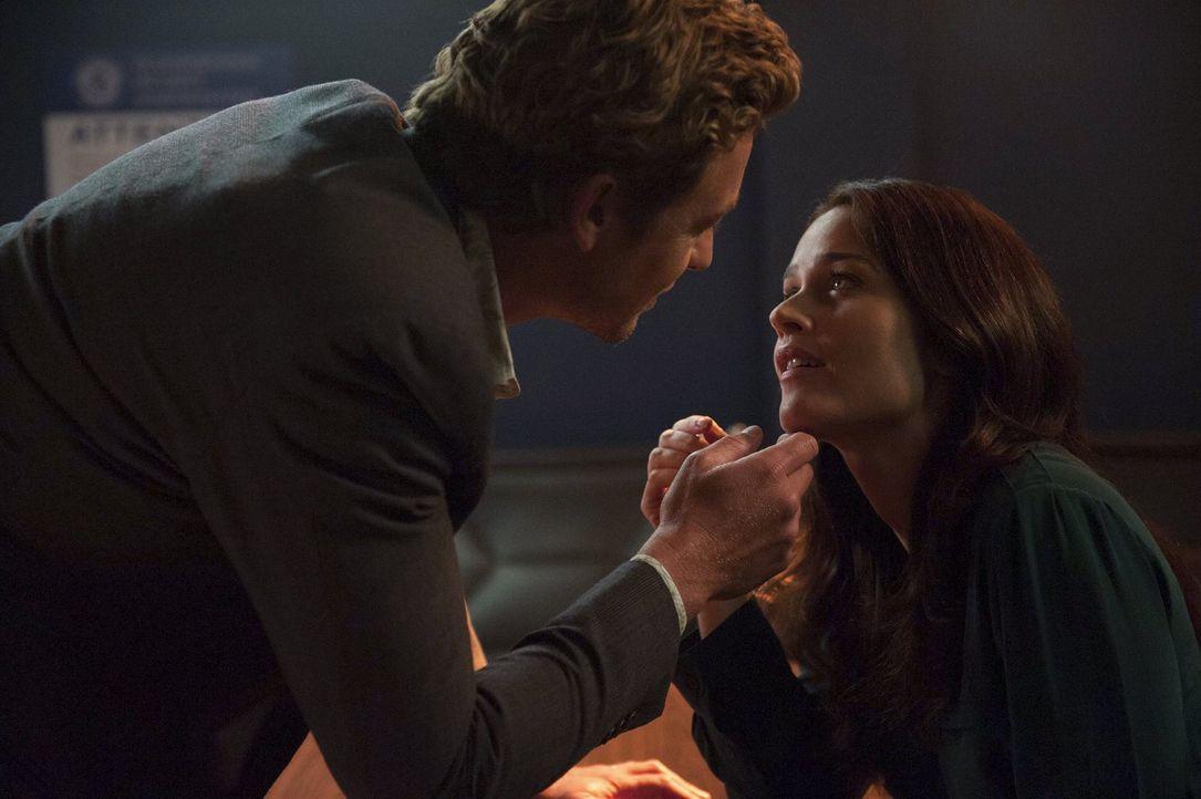 Liebeserklärung in letzter Minute: Obwohl Lisbon (Robin Tunney, r.) bereits Pikes Heiratsantrag angenommen hat, weiß sie jetzt endlich, was Jane (Si... - Bildquelle: Warner Bros. Television