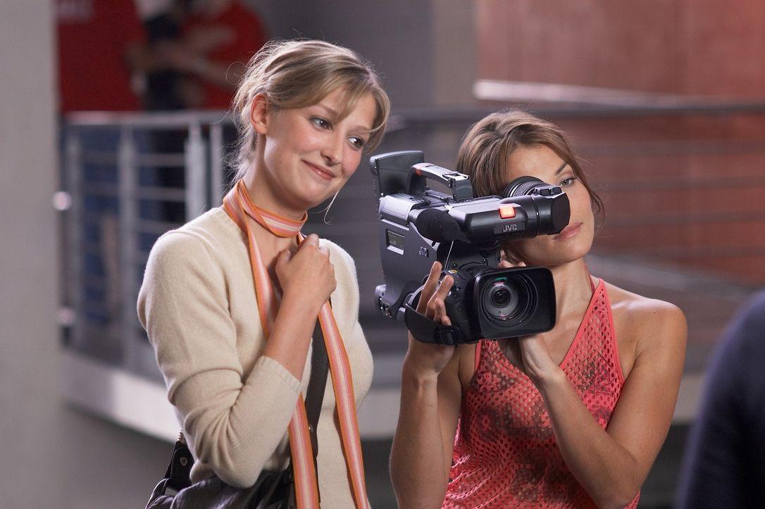 Die Jungregisseurin Denise (Alexandra Maria Lara, l.) dreht eine Reportage über das Leben eines Behinderten. Dafür soll Fred herhalten, der sich j... - Bildquelle: Senator Film
