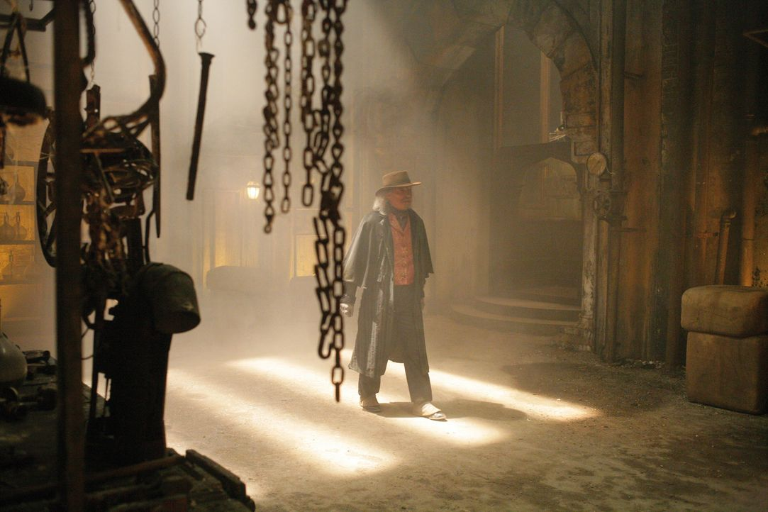 Die drei Fragezeichen machen sich auf den Weg zu dem verlassenen Anwesen des verrückten Erfinders Terrill (James Faulkner), das in einem einsamen W... - Bildquelle: Disney
