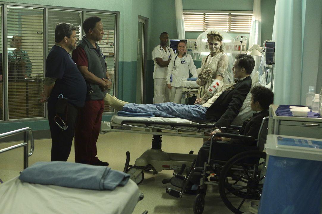 Ein ganz besonderer Moment für Jesse (Luis Guzman, l.), Rollie (William Allen Young, 2.v.l.), Ben (Craig Welzbacher, 2.v.r.), Luke (Elisha Henig, r.... - Bildquelle: Sonja Flemming 2015 ABC Studios