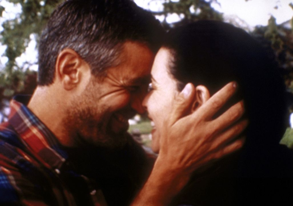 Die Wiedersehensfreude ist groß: Hathaway (Julianna Margulies, r.) ist zu Ross (George Clooney, l.) nach Seattle geflogen. - Bildquelle: TM+  2000 WARNER BROS.