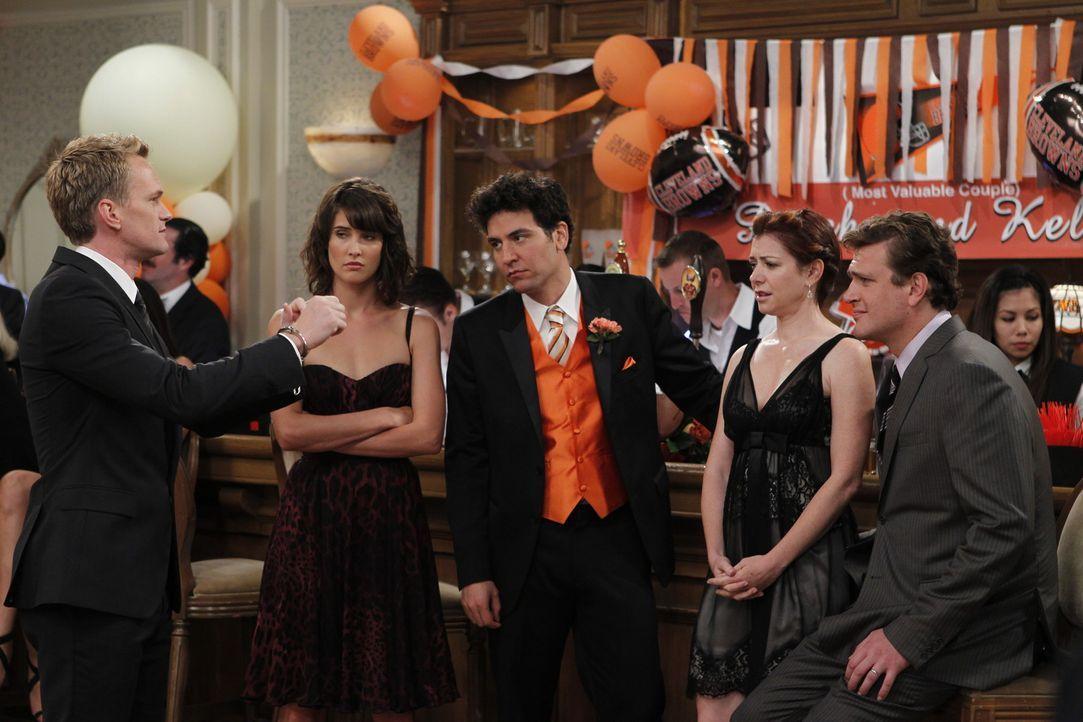Als Barney kurz davor ist, kalte Füße bei seiner Hochzeit zu bekommen, beginnen die Freunde in alten Erinnerungen zu schwelgen. (v.l.n.r.) Barney... - Bildquelle: 20th Century Fox International Television