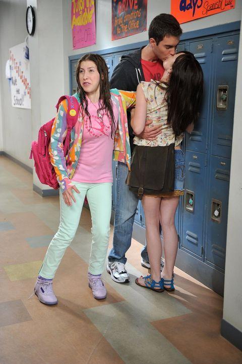 Während Frankie und Mike zu Hause diskutieren, wer eigentlich das Familienoberhaupt ist, wird Sues (Eden Sher, l.) Schulalltag zur absoluten Katastr... - Bildquelle: Warner Brothers