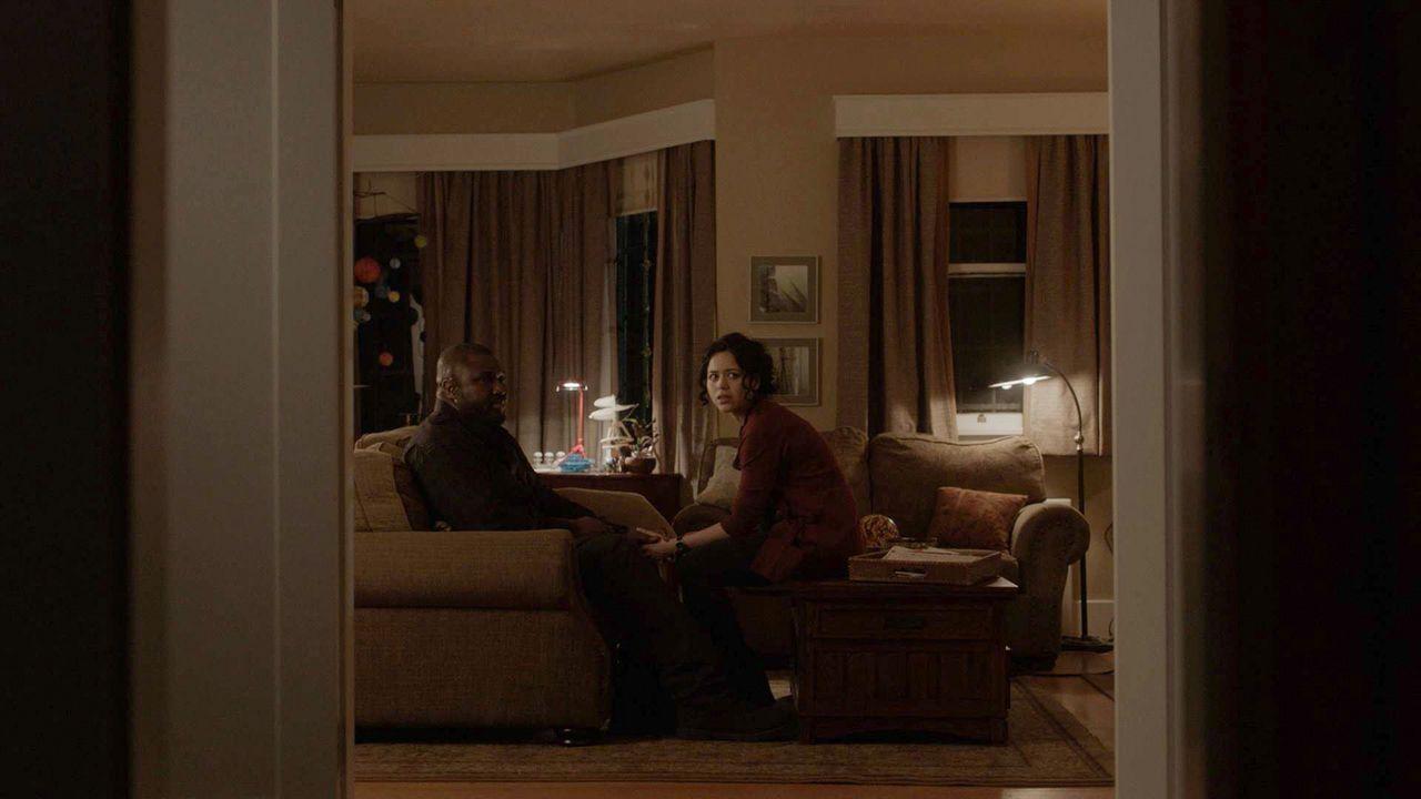 Abraham (Nonso Anozie, l.) und Dariela (Alyssa Diaz , r.) unterhalten sich über die Suche nach Mitch, als sie plötzlich ein merkwürdiges Geräusch hö... - Bildquelle: 2017 CBS Broadcasting, Inc. All Rights Reserved
