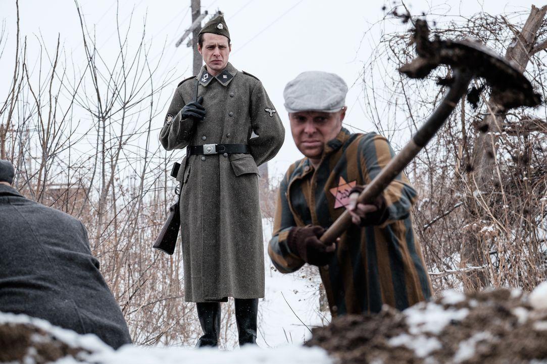 Augenzeuge und SS-Offizier Adalbert Lallier (Liam Murphy, l.) wird am 18. März 1945 Zeuge, wie sein Kommandant Julius Viel sieben Juden im Konzentra... - Bildquelle: Darren Goldstein Cineflix 2015