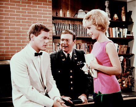Bezaubernde Jeannie - Jeannie (Barbara Eden, r.) zaubert wieder: Tony (Larrr...