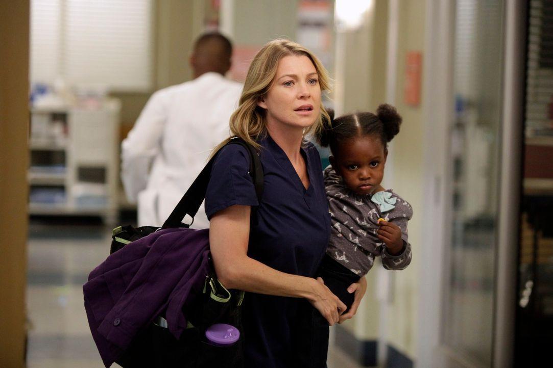 Während Meredith (Ellen Pompeo, l.) Schwierigkeiten hat, sich neben einem aufreibenden Fall auch um Zola zu kümmern, assistiert Cristina Dr. Thomas... - Bildquelle: ABC Studios