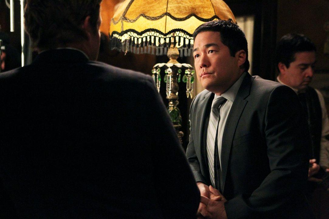 Als der Besitzer der kleinen Touristen-Wildweststadt Percy, erschlagen in seinem Büro aufgefunden wird. Kimball (Tim Kang, r.) und seine Kollegen b... - Bildquelle: Warner Bros. Television