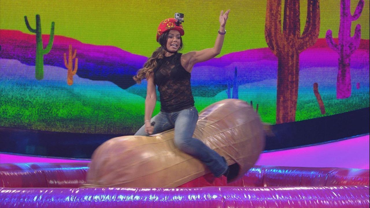 Hier geht es rund: Fernanda Brandao gibt alles beim Bullriding. - Bildquelle: SAT.1