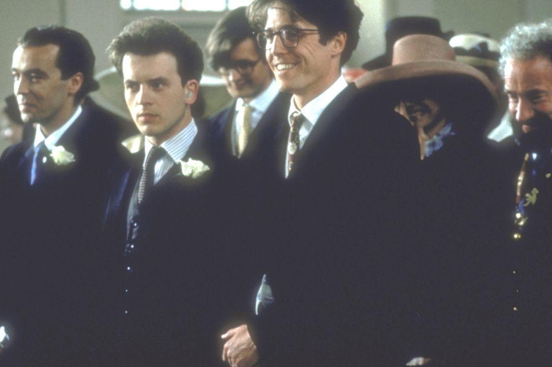 Die dritte Hochzeit: Als Carrie heiratet, sind auch Charles (Hugh Grant, r.), David (David Bower, M.) und Matthew (John Hannah, l.) eingeladen ... - Bildquelle: Gramercy Pictures